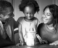 Vivere di riposo domestico della Camera della famiglia di origine africana immagine stock