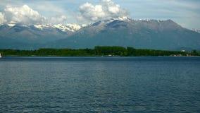Viveronemeer en de Alpen in Piemonte - Italië stock videobeelden
