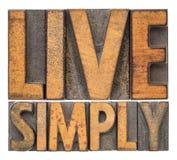 Vivez simplement - exprimez le résumé dans le type en bois de vintage Images stock