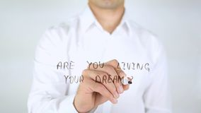 Vivez-vous votre rêve ? , Écriture d'homme sur le verre, manuscrit photographie stock