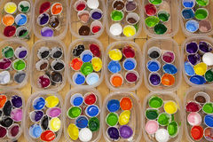 Vividly färgade akryl- eller temperamålarfärger i koppar, över huvudet sikt Arkivfoto