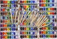 Vividly färgade vattenfärgpannor med konstnären Paintbrushes arkivbilder