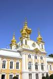 Vivienda de la iglesia del palacio magnífico en Peterhof Imagenes de archivo