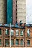 Vivienda vieja y edificio de oficinas moderno Fotografía de archivo