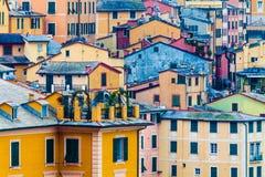 Viviendas coloridas Antecedentes completos con los edificios multicolores Imagen de archivo