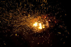 Vivo-carvões de brilho quentes que queimam-se em um assado Foto de Stock Royalty Free