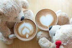 Viwe superior de dois ursos de peluche e copos de café na tabela de madeira do pinho Fotografia de Stock Royalty Free