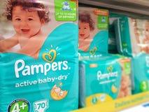 Vizia i pannolini sullo scaffale del supermercato Fotografia Stock Libera da Diritti