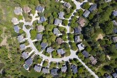 Vizinhança americana da classe média superior com encurvamento da rua em Maryland fotografia de stock