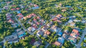 Vizinhança com casas e as entradas de automóveis residenciais Foto de Stock Royalty Free