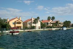 Vizinhança da beira do lago Imagens de Stock Royalty Free