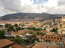 Vizinhança histórica e tradicional de Medellin com arquitetura do tijolo das construções imagem de stock