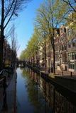 Vizinhança pitoresca no coração de Amsterdão com algumas reflexões surpreendentes imagem de stock
