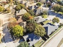 Vizinhança residencial da folhagem de outono colorida da vista superior com dea fotos de stock