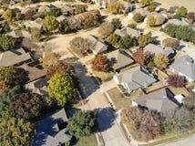 Vizinhança residencial da folhagem de outono colorida da vista superior com dea fotografia de stock royalty free