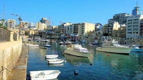 Vizinhança residencial no porto da baía de Spinola, St Julians, Malta video estoque