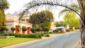 Vizinhança suburbana rica de luxo de Joanesburgo fotografia de stock