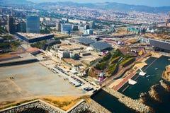 Vizinhanças modernas de Barcelona na Espanha, vista aérea fotos de stock