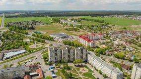 Vizinhan?a residencial Sloboda Cidade Lida belarus Em maio de 2019 Silhueta do homem de neg?cio Cowering fotos de stock