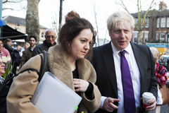 Vizited kleine lokale Unternehmen London-Bürgermeisters Boris Johnson Stockfotos