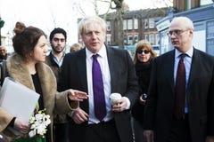 Vizited små lokala affärer för London borgmästare Boris Johnson Arkivbilder