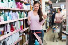 Väl driftig shoppingspårvagn för ung kvinna Arkivbilder