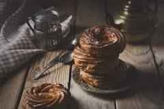 Vlacake met gestremde melkroom en gepoederde suiker Stock Foto