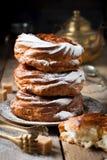 Vlacake met gestremde melkroom en gepoederde suiker Stock Afbeelding