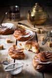 Vlacake met gestremde melkroom en gepoederde suiker Stock Foto's