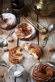 Vlacake met gestremde melkroom en gepoederde suiker Royalty-vrije Stock Foto's