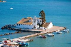 Vlacheraina ortodox kloster som ses från bergstoppet av Kanoni på ön av Korfu, Grekland Royaltyfri Foto
