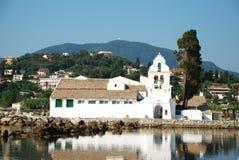 Vlacherna科孚岛的修道院和老鼠海岛, 免版税库存照片