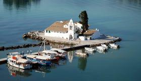 Vlacherna科孚岛的修道院和鼠标海岛 免版税库存图片