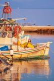 小船在Vlacherna修道院, Kanoni,科孚岛, G附近的小港口 免版税库存图片