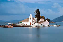 Vlacherna Kloster am Sonnenaufgang, Korfu, Griechenland lizenzfreie stockfotografie