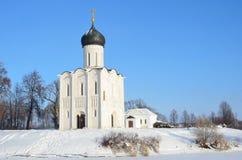 Vladimir, een oude kerk van de Interventie (Pokrova) op Nerl in de winter, Gouden ring van Rusland stock afbeeldingen