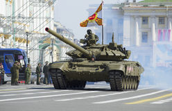 `-Vladimir för behållare T-90 ` på slottfyrkant Repetitionen av ståtar i heder av Victory Day i St Petersburg Royaltyfri Foto