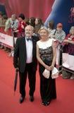 Vladimir Khotinenko avec son épouse sur le tapis rouge avant l'ouverture 37 du festival de film international de Moscou Images stock