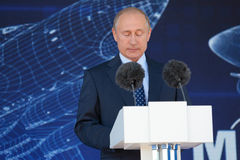 Vladimir Putin avec ses yeux fermés Image stock