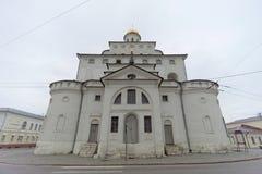 Vladimir, Rússia - 6 de maio 2018 O ouro das portas é um monumento da arquitetura antiga do russo na cidade de Vladimir imagens de stock