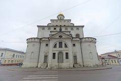 Vladimir, Rússia - 6 de maio 2018 O ouro das portas é um monumento da arquitetura antiga do russo na cidade de Vladimir fotos de stock royalty free