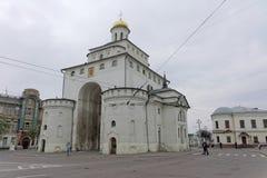 Vladimir, Rússia - 6 de maio 2018 O ouro das portas é um monumento da arquitetura antiga do russo na cidade de Vladimir imagens de stock royalty free
