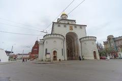 Vladimir, Rússia - 6 de maio 2018 O ouro das portas é um monumento da arquitetura antiga do russo na cidade de Vladimir fotos de stock