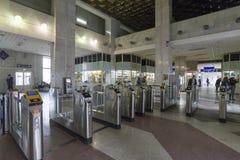 Vladimir, Rússia - 05 11 2015 O interior do estação de caminhos-de-ferro com torniquetes Fotografia de Stock