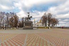 Vladimir Rosja, Listopad, - 05 2015 Zabytek St książe Vladimir i Fedor przeciw tłu wniebowzięcie katedra Zdjęcia Stock