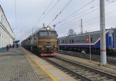 Vladimir, Rusia - 11 de noviembre 2016 El tren llega la estación Imagen de archivo libre de regalías