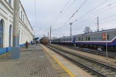 Vladimir, Rusia - 11 de noviembre 2016 El tren llega la estación Foto de archivo libre de regalías