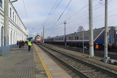 Vladimir, Rusia - 11 de noviembre 2016 El tren llega la estación Fotografía de archivo