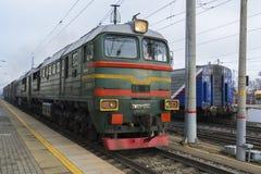 Vladimir, Rusland - November 11 2016 De trein komt bij post aan Stock Foto