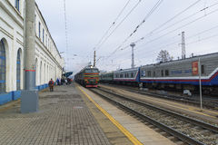 Vladimir, Rusland - November 11 2016 De trein komt bij post aan Royalty-vrije Stock Fotografie